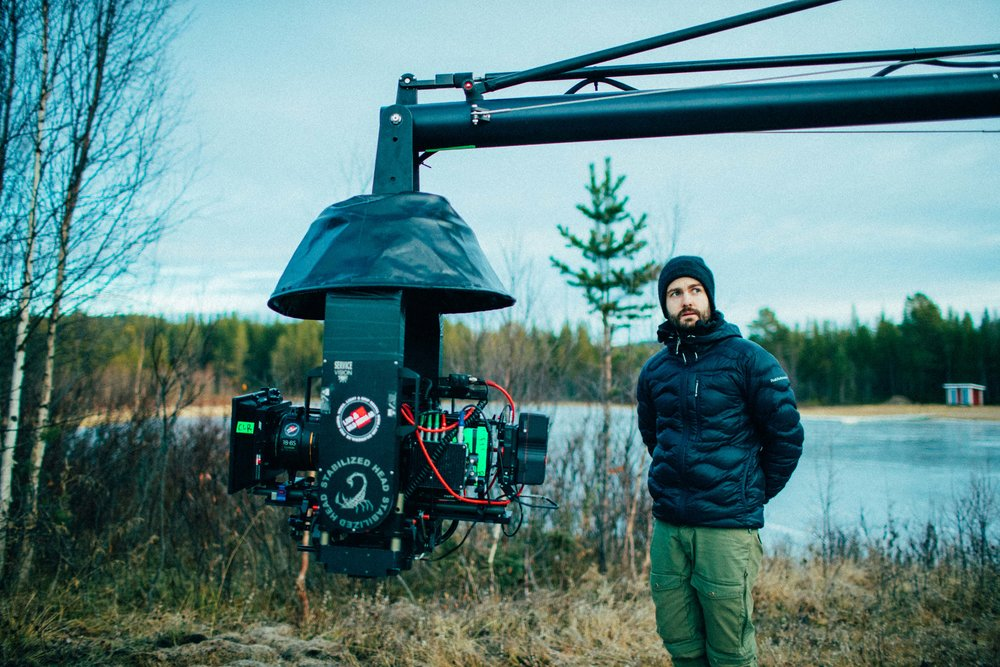 A-fotografen Niklas Johansson har åtskilliga filmer, reklamfilmer och utmärkelser i ryggsäggen, och tycker att reklamprojekt är fantastiska på det sättet att han är lite friare att testa olika tekniker och utrustning. Här på en reklamfilminspelning med Alexa och Fujinon-zoom.