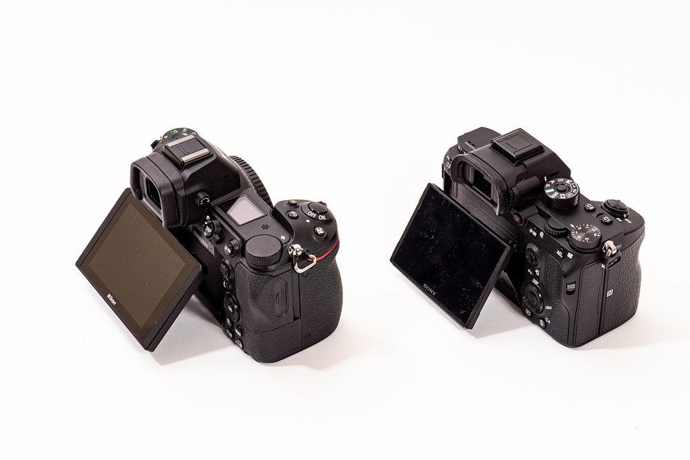 Båda kamerorna är utrustade med vinklingsbara pekskärmar. För den som vill använda dem för att vlogga kanske fullt vridbara skärmar hade varit att föredra. Men för oss är detta bättre och vi tror att det ökar hållbarheten.