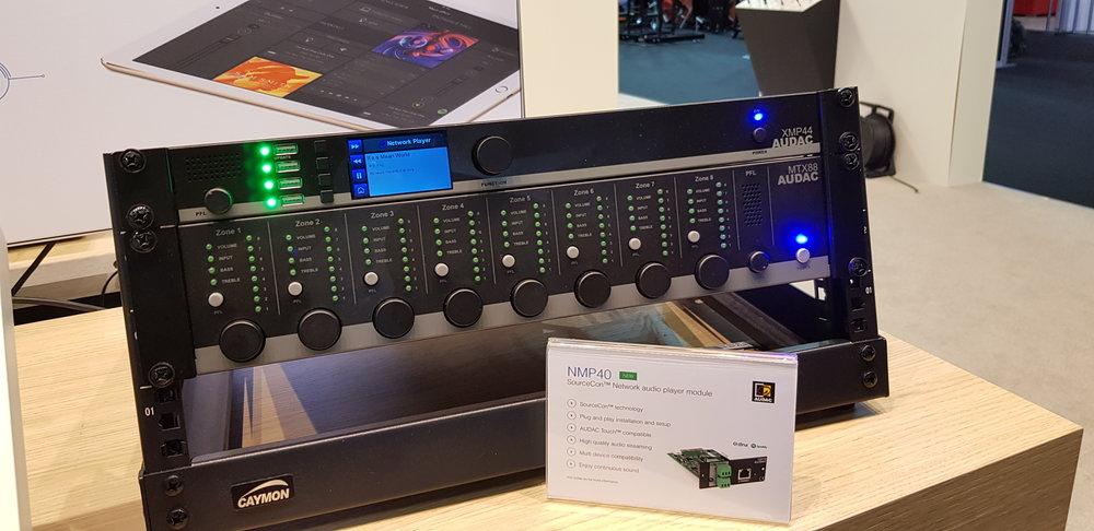 Audac XMP44, med den lilla modulen NMP40 på skylten bredvid.