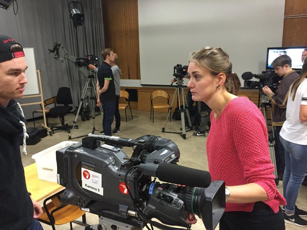 Gabriel Bjuhr och Elin Andersson pratar kamera under en övning i A-studion på Xenter.