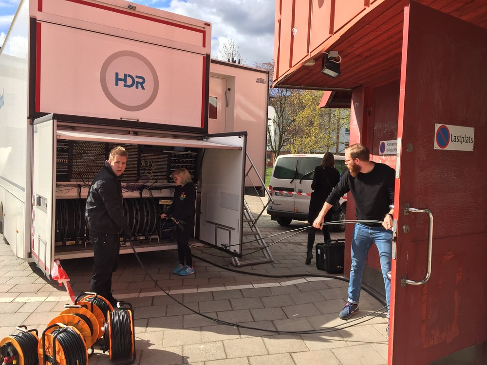 Sebastian Hyyrynen och Elin Fischer får prova på att arbeta som TOM (Technical Operations Manager) under övning med HD Resources OB-buss under musikproduktion på Tumbascenen. Anton Sundling, som gick ut utbildningen 2014 och i dag jobbar som TOM på HDR, instruerar dem.
