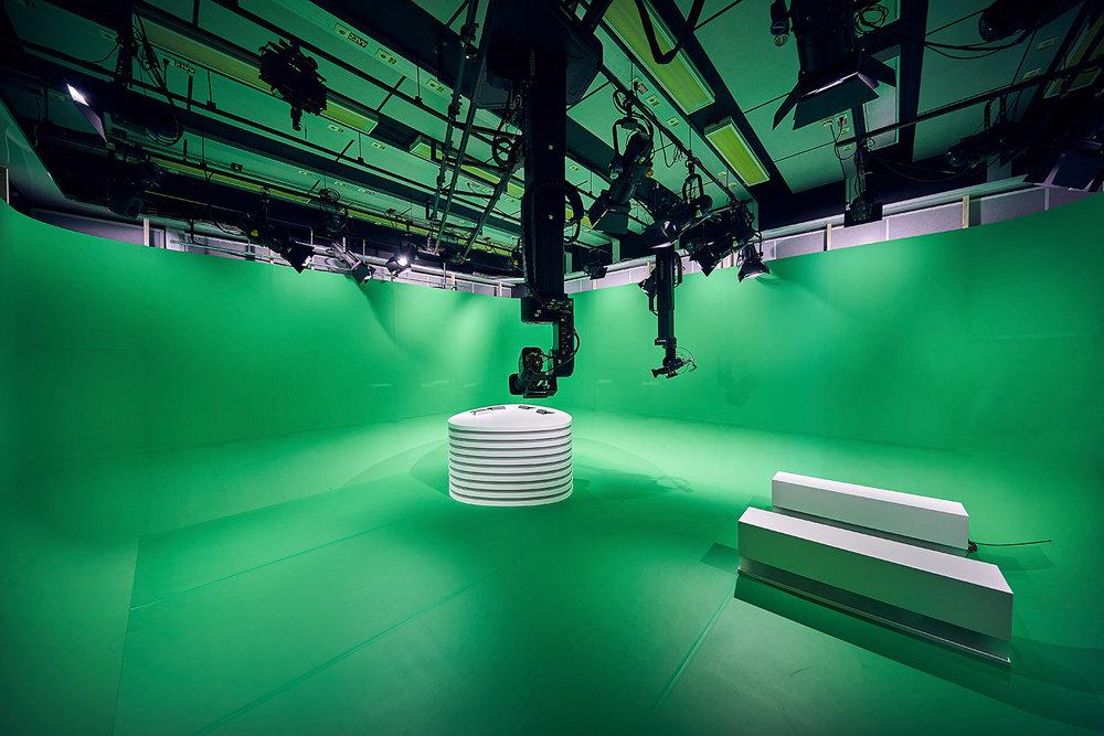 Välkommen till den virtuella studion! I taket ser du de två robotstyrda Panasonic-kamerorna, och på golvet det snövita möblemanget. Via mjukvaran Reality från Zero Density kan omgivningen förvandlas helt för att passa den finska hockeyligans grafiska profil.