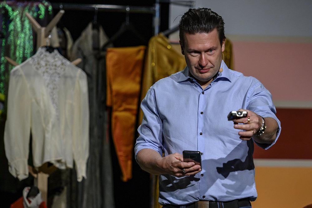 Mattias Fransson från Ljusteknik AB i Linköping visar att man med mätmetoder för ljuskvalitet lätt kan lura köpare att tro på en produkt. Det räcker inte med ett CRI-värde. Här mäter han frontljuset under workshopen.