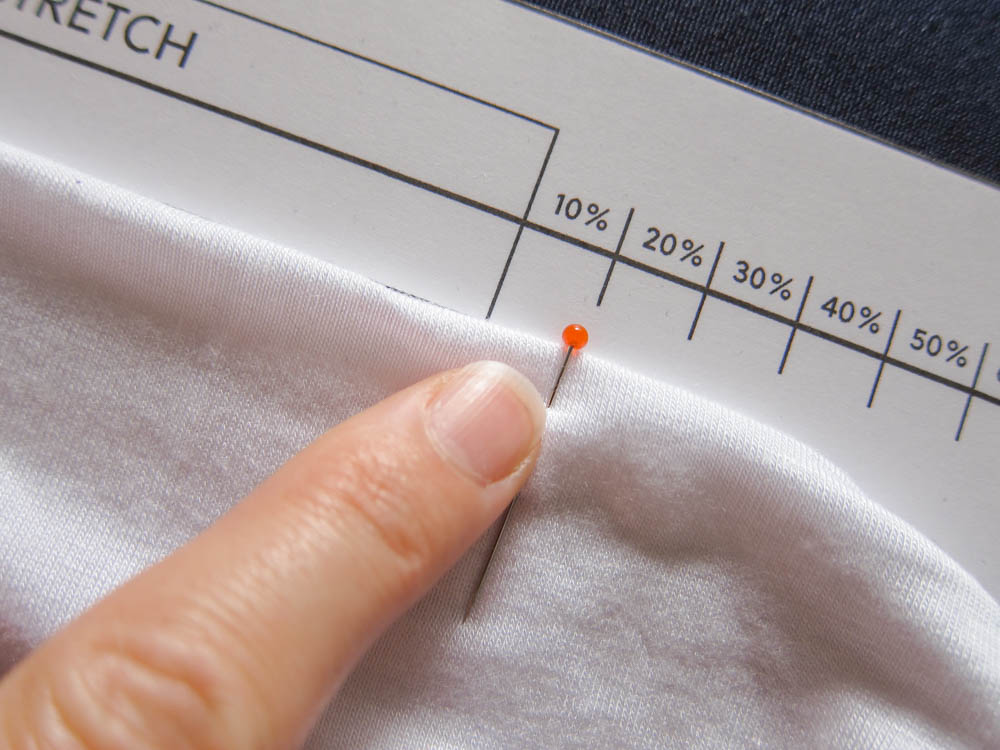 Learn how to choose and to measure stretch fabrics. Post include a free stretch gauge to download on Wearologie.com