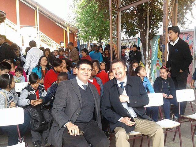 Fundación San Carlos de Maipo dandolo todo en la ceremonia de premiación de proyecto mejor ejecutado en Escuela Pucara Lasana de Quilicura, junto a su director Don Olvaldo Maldonado. #saliendoaprendo  #escuelapucara