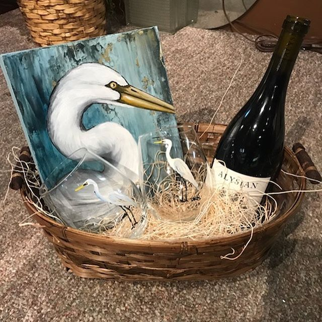 Art and wine, oh my!!!! 🍷👩🏼🎨 A friend of mine purchased these small original paintings and paired them with hand painted matching wine glasses and a bottle of wine to create the PERFECT gift baskets!! She then wrapped them in clear cellophane and topped it off with a bow. (Original bird paintings by yours truly and wine glasses found on Etsy.) #leahmmoraceart #leahmoraceart #wineandart #artandwine #givethegiftofart #louisianaartist #louisianaart