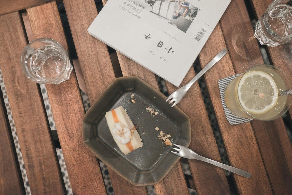 冷饮,甜点与《小日子》。 A soda, a dessert & her favourite magazine.