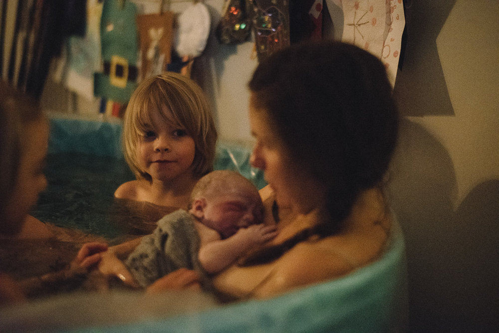 home birth photography birthing in water