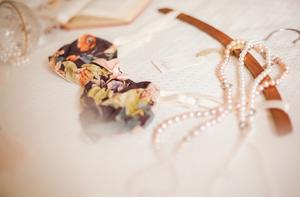 1073    Cintres de robe en bois / Wooden Dress Hangers    25
