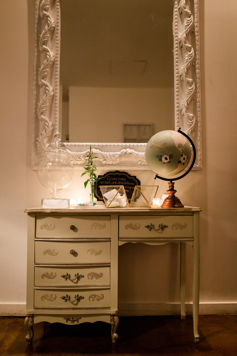 1143    Vielle coiffeuse / Old Vanity    1