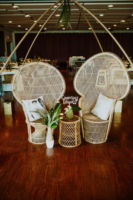 1142    Chaises paon / Peacock Chair    2