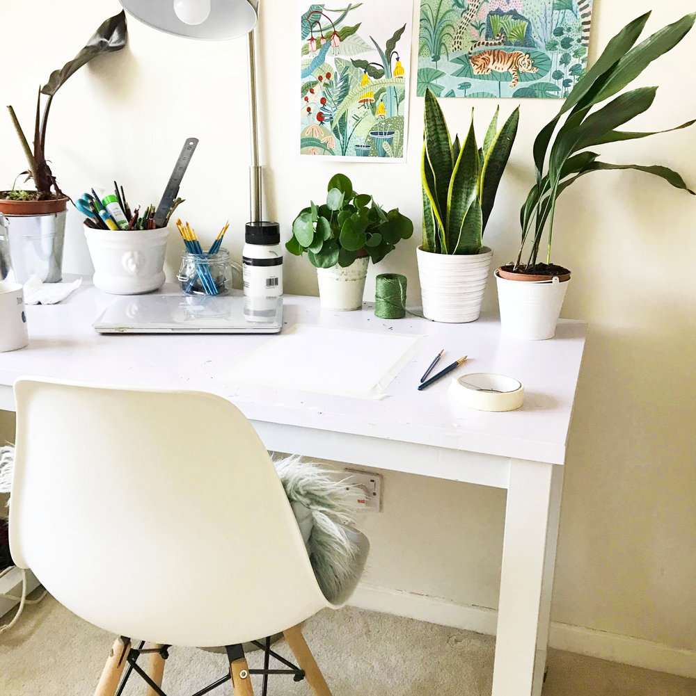 3:00 pm - Ok, finally time to start painting. I generally prefer to start painting later on in the day after getting all the other stuff out of the way. Here's my desk, with a few of my favourite plants! (Which yes has been cleaned for this photo).⠀