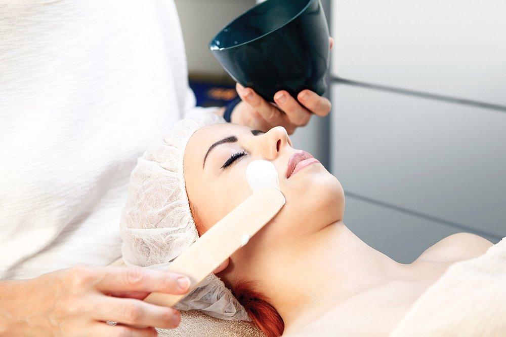 Zu einer umfassenden kosmetischen Behandlung gehört auch eine verwöhnende Gesichts,a