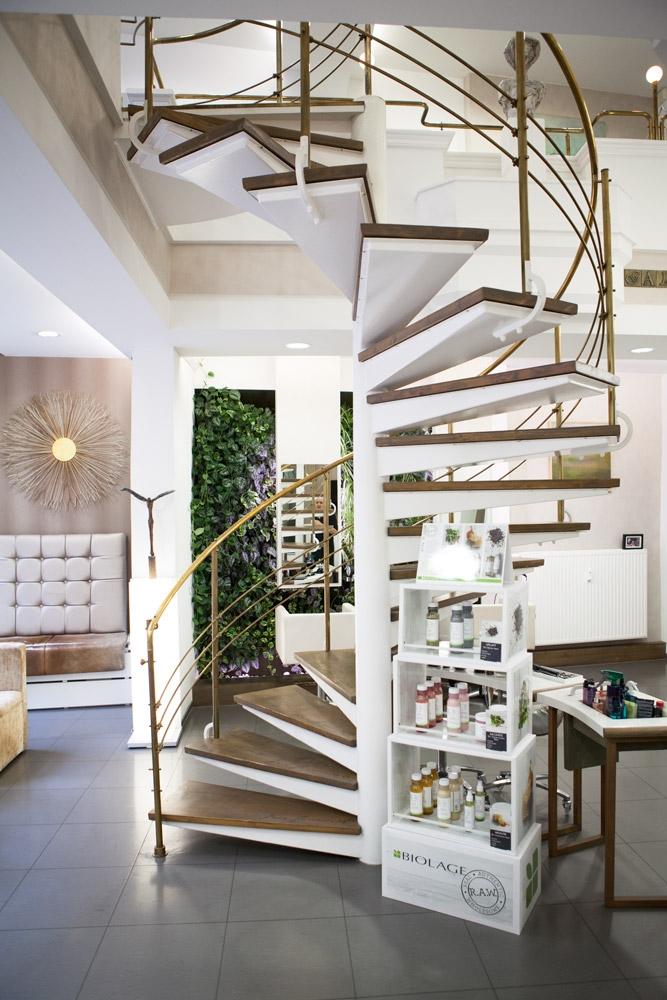 Zentrales Element unserer Galerie ist die Wendeltreppe, die zu den oberen Behandlungsräumen führt.