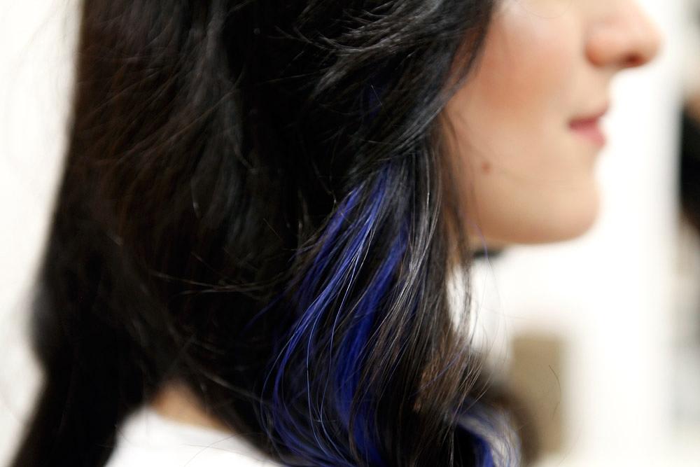 Eine Möglichkeit der Haarverdichtung – farbige Akzente