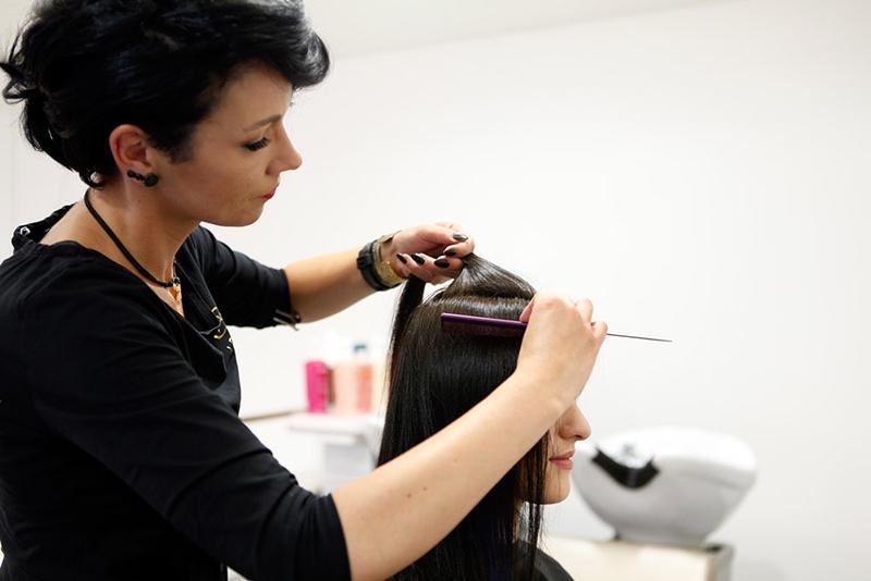 Zuerst wird das Haar in trockenem Zustand vorbereitet.