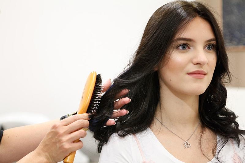 Mit einer speziellen Bürste wird das Haar ganz natürlich durchgekämmt.