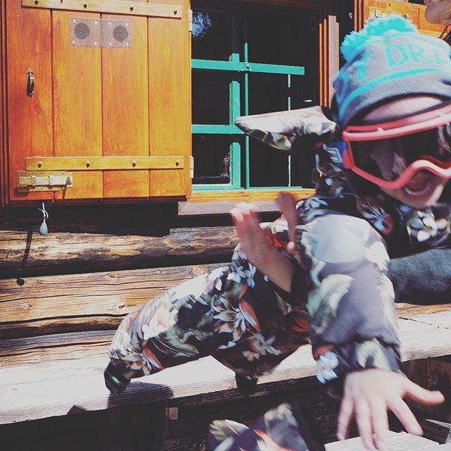 Flying Hibiscus 🌺! Beware! #enjoydraussen #draussenkidsouterwear #winter18