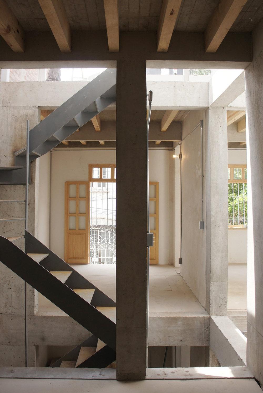 CASA TAPACHULA   Ciudad de México  Cliente: CampoTaller  Obra: 2014  Restructuración de vivienda de 80 años de antiguedad, mediante la inclusión de muros de concreto, reforzamiento de muros de mampostería, crecimiento en azotea con estructura ligera de madera y acero. 100 m2 de restructuración y 40m2 de ampliación.
