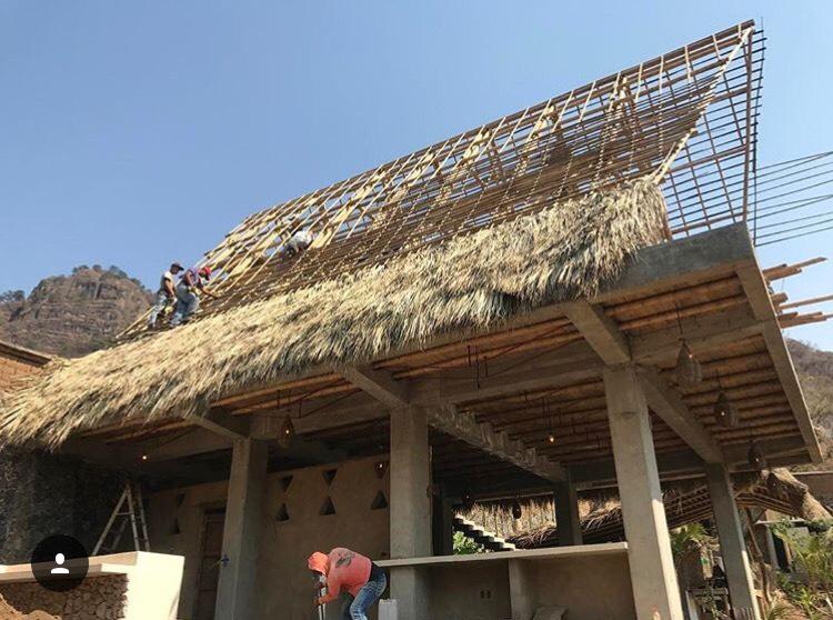 CLUB DE YOGA   Tepoztlán - Morelos  Cliente: BAMBUTERRA  Obra: 2018  Diseño estructural de diferentes estructuras, en las que cubiertas ligeras de bambú de carácter permanente, están soportadas por estructuras de concreto con losas de entrepiso resueltas con el sistema Bambulosa®. La cimentación se resolvió con zapatas aisladas de concreto reforzado.