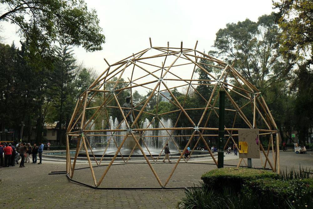 GEODÉSICAS DE BAMBÚ   Ciudad de México  Cliente: BAMBUTERRA  Obra: 2016- 2018  Diseño estructural de mas de 10 estructuras geodésicas ( de hasta 13 metros de diámetro) usando bambú estructural y conexiones metálicas. Las estructuras han tenido diversos usos, acabados y temporalidad.