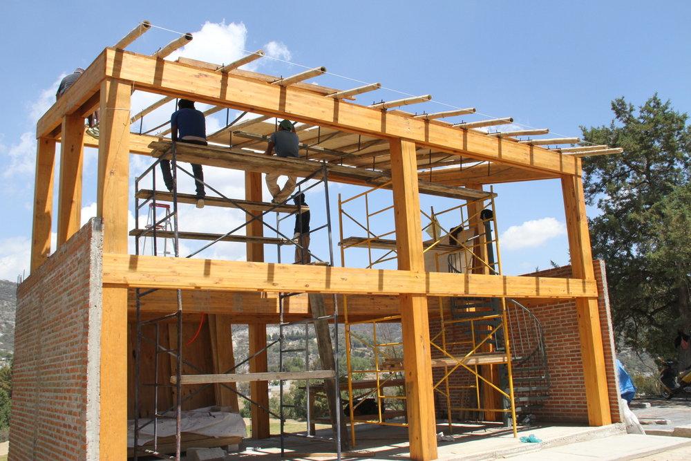 CENTRO COMUNITARIO PARA EL MUNICIPIO DE OCOTETULCO (TLAXCALA)   Ocototetulco - Tlaxcala  Cliente: BAMBUTERRA  Obra: 2015  Diseño de estructura de dos niveles de marcos de madera laminada, soportando un sistema prefabricado de bambú estructural. 100 m2 de construcción.