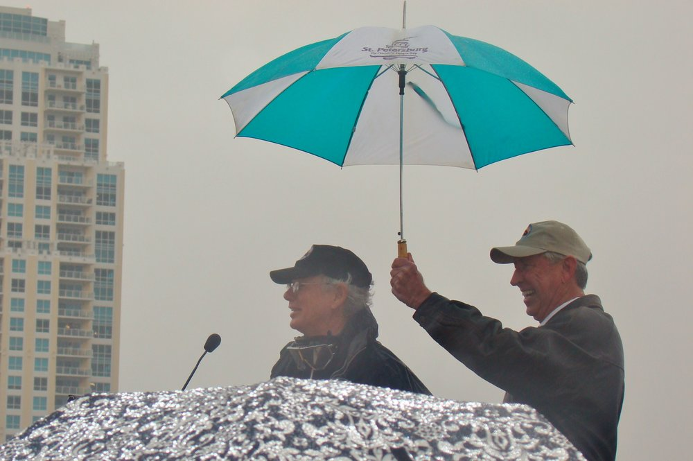 Will Michaels holding umbrella for Eddie Hoffman in rain, 1 Jan '14.JPG