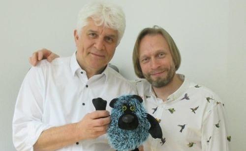Christian und Oleksiy im Büro in der Stiftstrasse mit Foristis, dem Projekt-Maskottchen.