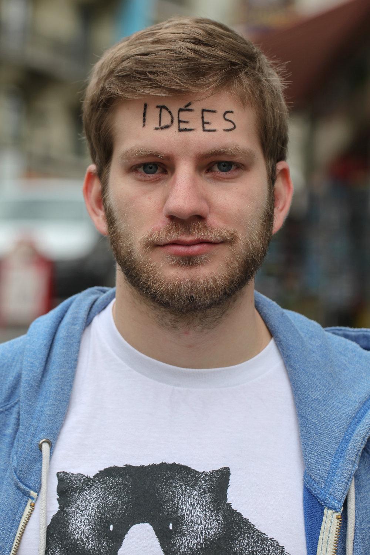 Thomas Wiesel - HumoristeIdées.Je sais pas vous, mais moi c'est juste derrière mon front que je range mes idées, que je les conçois, que je les oublie ou que je les regrette.Y en a des bonnes, des très bonnes, et le reste j'ai pas envie d'en parler.Une idée ça peut donner lieu à une envie, un projet, un rapport humain, ou sexuel (pas assez souvent). La photo c'était une idée, internet c'était une idée, le crayon utilisé pour me souiller le front c'était une idée, le racisme et la guerre aussi. Ouais ça existe beaucoup, les idées de merde.Et quand on m'a demandé quel mot m'écrire sur le front, j'en ai eu plein, d'idées, mais aucune de meilleure que celle-ci (c'est vous dire si les autres étaient nulles).