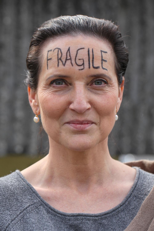Arianne Ferrier - Journaliste et écrivaine SuisseOn est tous fragiles. Un peu, parfois, à certains moments, dans certaines endroits... Fragiles et délicats.
