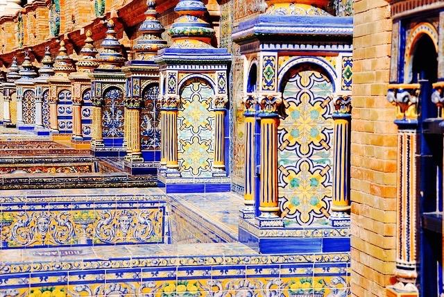 Azulejos-en-Plaza-de-Espana-en-Sevilla.jpg