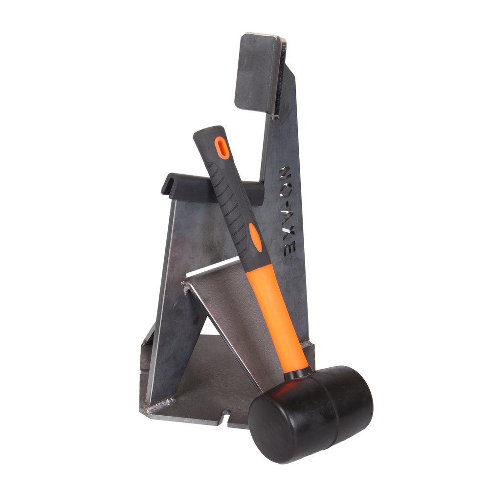 NO-AXE Blank staal met kunststof hamer - Toegespitst op het maken van aanmaakhout is de NO-AXE basis set inclusief rubber hamer met een glasvezel versterkte kunststof steel.De hamer weegt 950 gram en is daarmee 300 gram lichter dan de hamer met houten steel. Ideaal voor het kleinere werk en voor kinderen. Daar waar de NO-AXE ook eigenlijk op zijn best is. Voor hout groter dan 10 cm in diameter is de 1250 gram zware hamer met houten steel beter op zijn plaats.