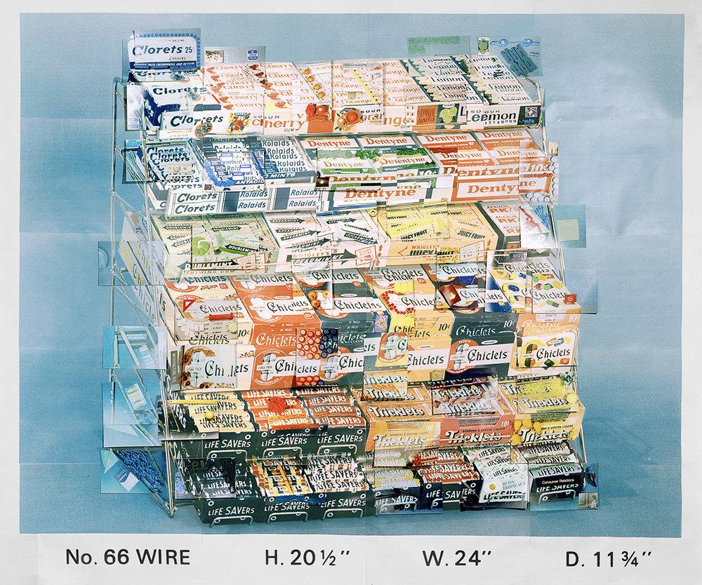 EXPOSITION CENTRALE23 ARTISTES + 2 LIEUX - Articulée autour du principe du dit et du non-dit à l'œuvre dans le traitement contemporain des images fixes et animées, l'exposition centrale réunit le travail de 23 artistes. Ils explorent et questionnent à leur manière la frontière poreuse entre réalité et imaginaire à travers des enjeux complexes tels que l'identité, le territoire, l'histoire et le temps. Photo : Sara Cwynar,Display Stand, No. 66 WIRE H. 20 1/2 W. 24 D. 11 3/4, 2014 ©Sara Cwynar
