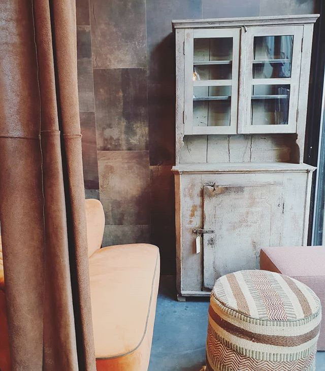 Autumn colors 🍁🧡 #forsale #cabinet #cozyhome #autumn #warmcolors #loveit #seasons #coldoutside #instahome #smallcabinet #photooftheday #interior #roomgoals #interiorlovers #finditstyleit #interiordesire #homedetails #housegoals #dailydecordose #novavivo #novavivobelgium