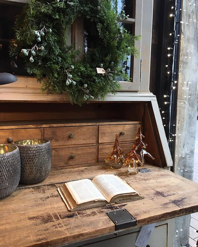 Ready to write some Christmas Postcards 🎄✉ #secretary #desk #forsale #desksetup #woodencabinet #interiorlovers #workspace #office #furniture #student #room #instagood #home #inspiration #christmascard #homedecor #love #writing #belgium #antwerp #kerstkaarten #secretaire #bureau #schrijversleven #novavivo #novavivobelgium