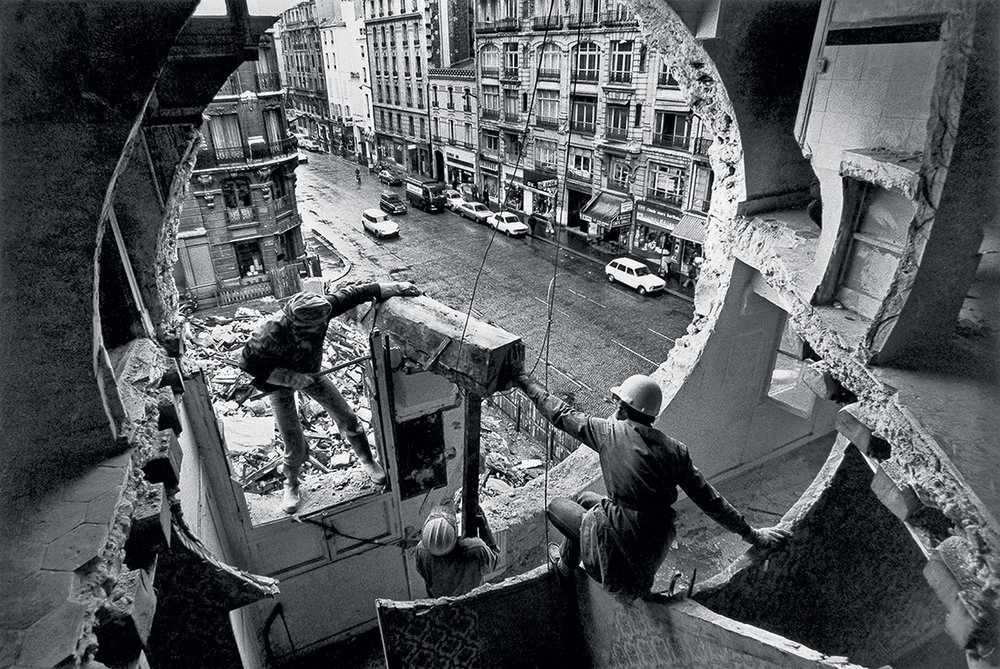 Gordon Matta-Clark et Gerry Hovagimyan travaillant à Conical Intersect. Rue Beaubourg, 1975. Harry Gruyaert / Magnum Photos