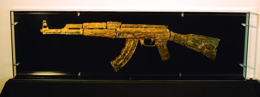 LINEAMIENTOS(AK47 GOLD) _ hojilla dorada sobre acrilico_ 101 x 31 x 5 cm_2015.jpg