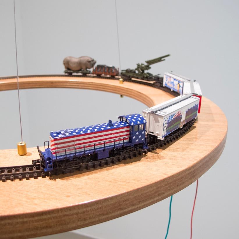 American Dream (2015) - 55 x 140 cm - Tren miniatura en plataforma colgante /  Miniature train on hanging platform