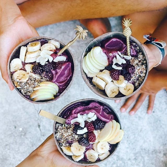 Always Acai Bowls for after surf snacks 🍇✌🏾💦🌴 Smoothie Tips! 🍌🍌🍌 For a thick and creamy blend - Always use Frozen bananas! When they become ripe and spotty, peel and freeze them in an air tight container. Blend with other frozen fruit and use as little liquid as possible for a thick blend. A tip to make it easier to blend is to let the fruit defrost slightly before blending, and also by using a high powered blender (such as a @vitamix ) and use a blending stick! A lot of swirling and stirring, starting, stopping and mixing and you'll get there! Practice always makes perfect 🤙🏾 This blend was... 3 packs of @amazoniaco pure frozen acai 3 - 4 frozen bananas 1 - 2 cups coconut water Topped with rawnola, berries, Apple, bananas, coconut flakes ✌🏾🌴 Enjoy Day 12 beautiful people!