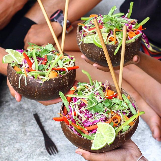 RaW Pad THai Salad!! 🌈 Recipe Below.. 🌿🌿🌿 Served in our new fav Jumbo @coconutbowls 🌴🥥 These bowls are epic and this is one of my fav raw salads! The dressing is a creamy almond butter Thai flavour - so good with crunchy fresh raw veges!! This recipe is in my free mini ebook for the challenge but will post below - enjoy! •  Raw Rainbow Pad Thai Serves 2 - 4 2 cups shredded red cabbage 2 spiralized or peeled ribboned zucchinis  1 carrot peeled in ribbons