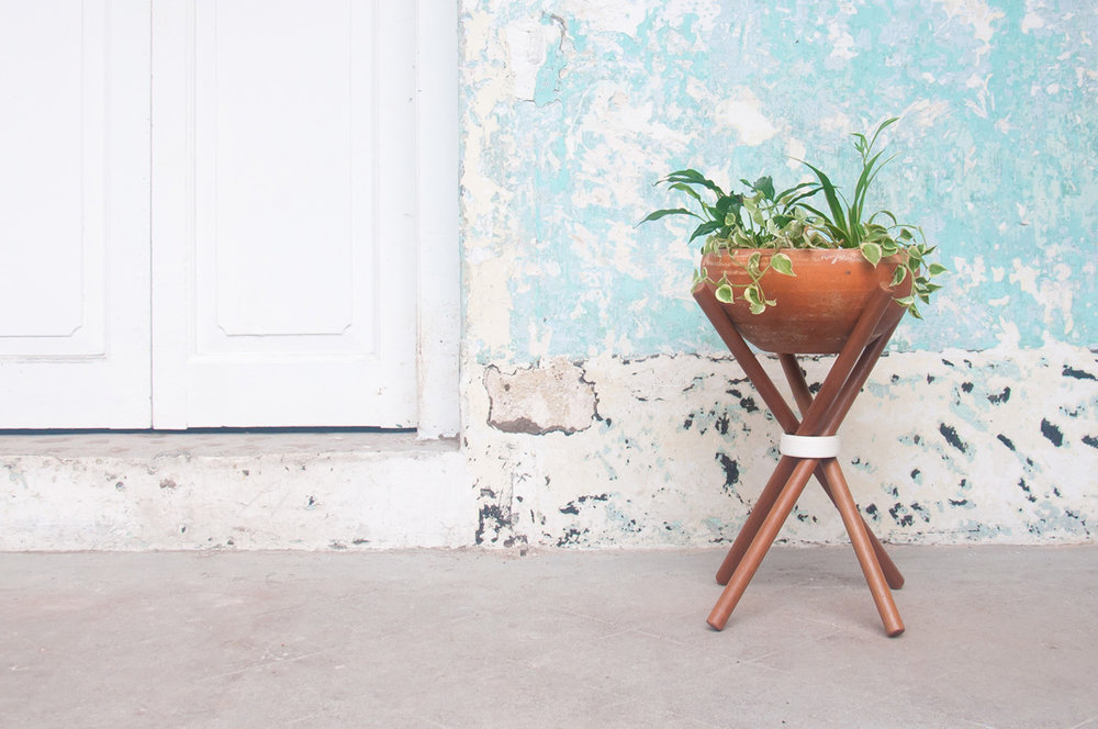 A stable, minimally designed pot stand designing for any size