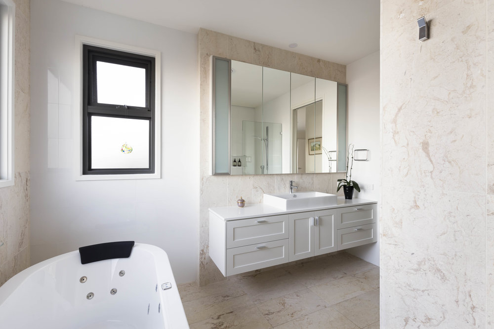 marina-mcdonald-architectural-photography-canberra-adam-hobill-design-bathroom-white