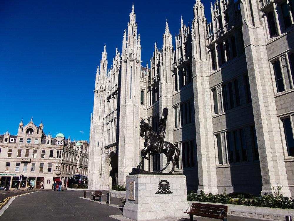 Marischal College and Robert the Bruce 'King of Scots' statue, Broad Street, Aberdeen.