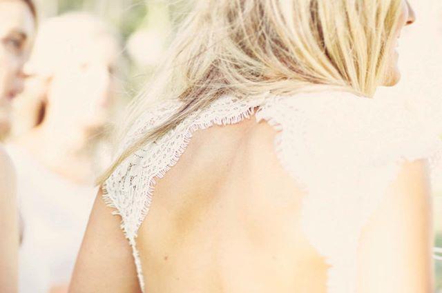 What a dress.. 👰🏼 #details #weddingdetailshot #weddingdesign #weddingdress #lovejoyandlauhgter #wedding #weddingphotographer #gettingmarried #rustic #engagementphotographer #fineartwedding #destinationwedding #destinationweddingphotographer #love #joy #laughter #instawedding #engagedlife #radcouples #intimatemoments