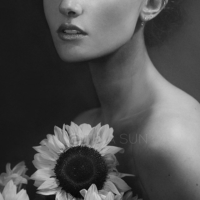Sorry friends; I've been so unwell & off the grid ☹️ I'll be back soon! Here's a sneak cropped peek at my best shoot ever; this portrait was exhibited. 🌻🌻🌻 . ✈️❗️I'll be in NYC (+Europe) later this year - drop a line if you want to collab😘 . 🌻 Collab with @kaoriharigae @oswaldchang0108 @helenarose_travellingstylist 💄 & my inspo @daintyfairie 💋 . . #fashion #beauty #beautyshot #fashionphotography #beautyeditorial #portrait #fashionportrait #sunflowers #blackandwhitephotography #fineartphotography #fashionshoot #sydneylocal #newyorkphotographer #conceptualphotography #girlmodel #fashionmodel