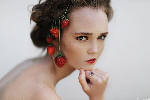 🍓 for En Vie magazine a few years ago. I'm apparently all about pink these days. In NYC for 2 more weeks! . . . #beautyeditorial #beauty #fashioneditorial #makeup #strawberry #strawberries #newzealandnatural #nz #purenewzealand #fashion #portrait #fruit #photoshoot #nycphotographer #naturalmakeup #ediblefashion