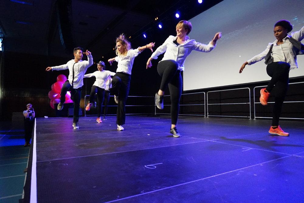 Paulo Santana og dansegruppen.