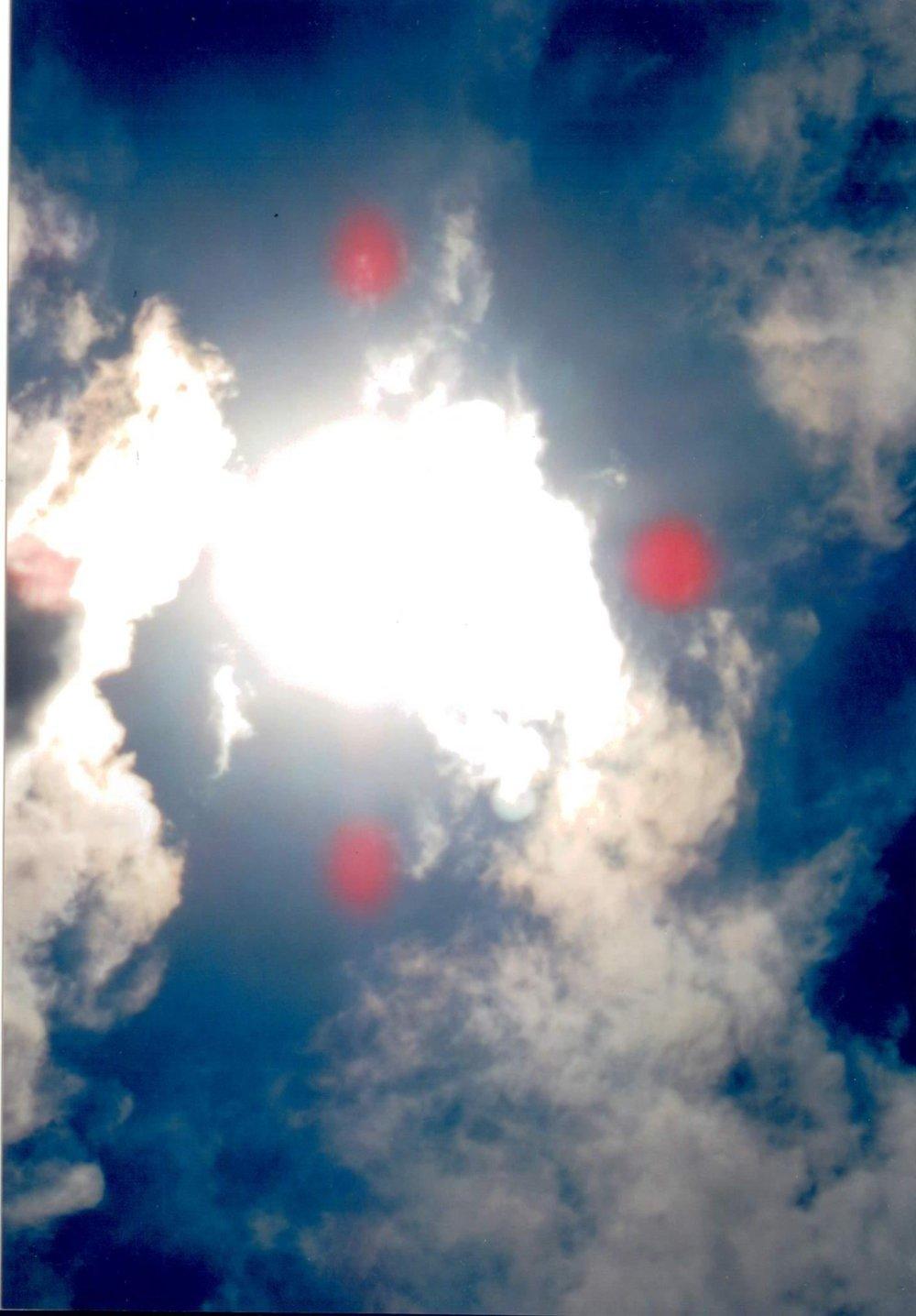 Qui in questa foto ci sono i bombardini che lavorano nelle villaggio dei Caribaldini. Fanno progeti dove vanno ha fare dispetti grandi e facando cadere le fabbricazioni fresce delle mura delle case, queste spiriti si chiamano CORRENTI. Lo spiritismo chi non lo conosce pensa che e un gioco,ma invece vi distrugge. Quando iniziate un lavoro beneditelo dicendo in nome di DIO UNIVESALE PROTEGGE E BENEDICI IL MIO LAVORO E SARETE TRANQUILLI.