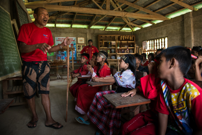 Romulo Caballero, a Panay Bukidnon elder, teaching youth at the School of Living Tradition / Photo: Jacob Maentz