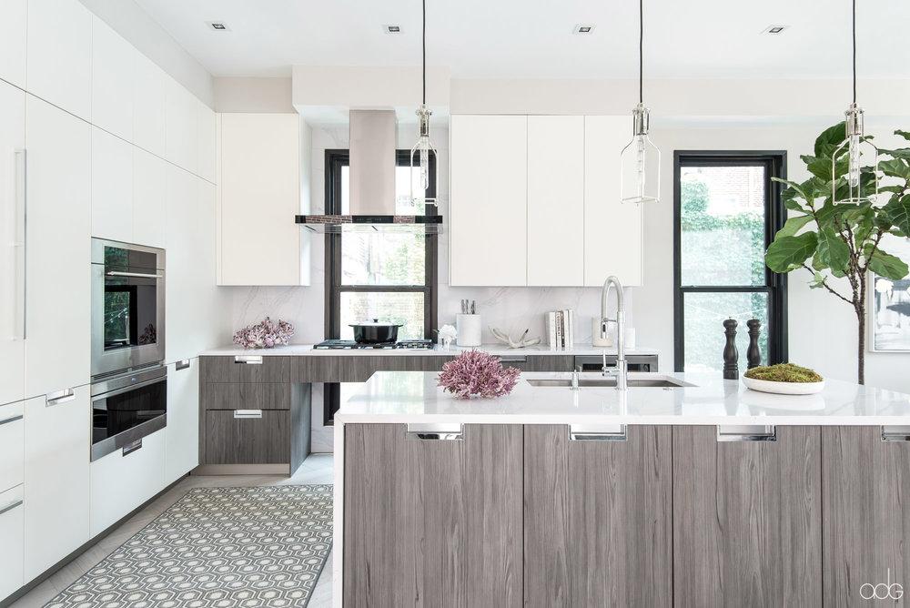 _akseizerdesigngroup_1310Q_White-Gray-Kitchen-1.jpg